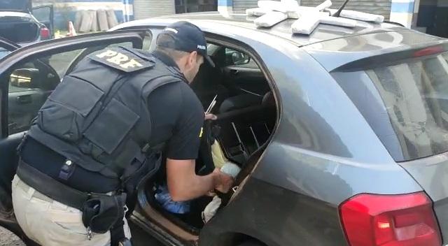 Veja o vídeo que a PRF apreende maconha dentro dos steps e dos bancos de dois carros em São Leopoldo