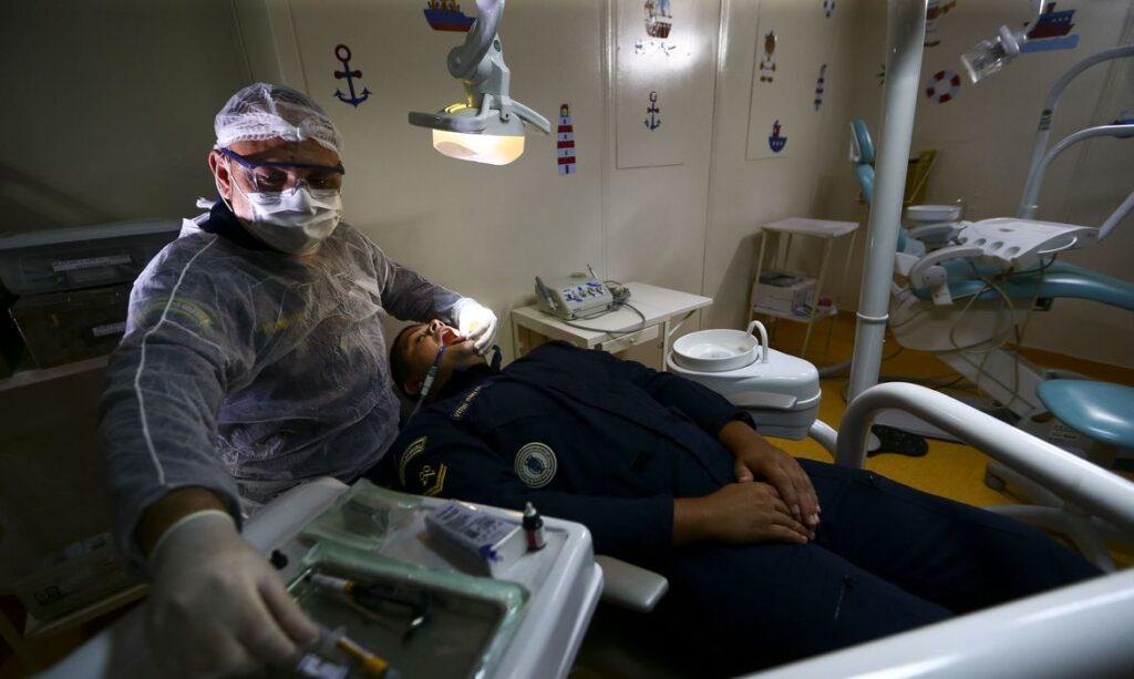 UFF desenvolve jalecos impermeáveis para dentistas na pandemia