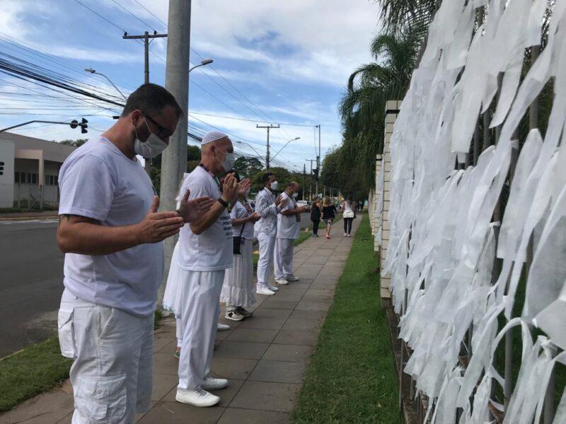 Fitas brancas para lembrar os mortos por covid em São Leopoldo