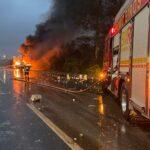 Caminhões colidem e pegam fogo na Freeway, próximo ao acesso da RS-118