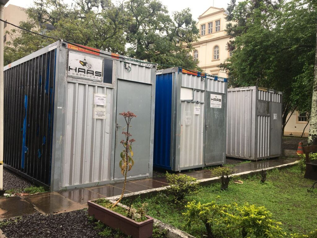 São Leopoldo mantém estrutura de testagem da Covid na antiga Unisinos com atendimento médico em containers